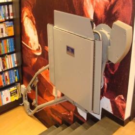 montascale per disabili alla libreria Feltrinelli di Milano