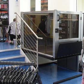 ascensore disabili negozio foot locker