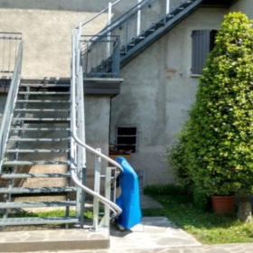 montascale su scala ripida a Bologna