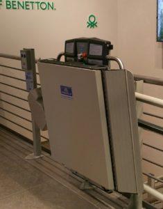 servoscala Garaventa Lift installato a Saronno da United colors of Benetton