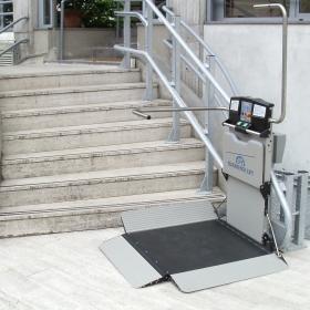 Servoscala con piattaforma per scale diritte o curve, interne ed esterne. Prodotte in Italia. Servo scala per migliorare la vita di disabili e anziani.