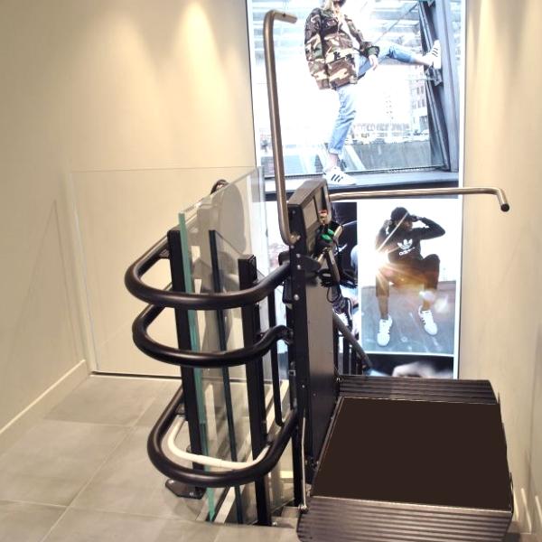 Montascale a Milano per consentire accesso a disabili da foot locker