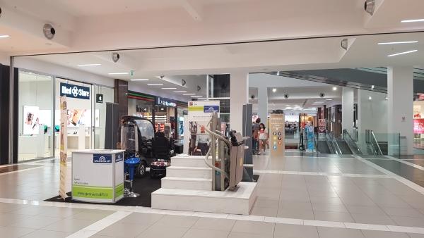 """montascale Garaventa Lift al centro commerciale """"Cuore Adriatico"""" di Civitanova Marche."""