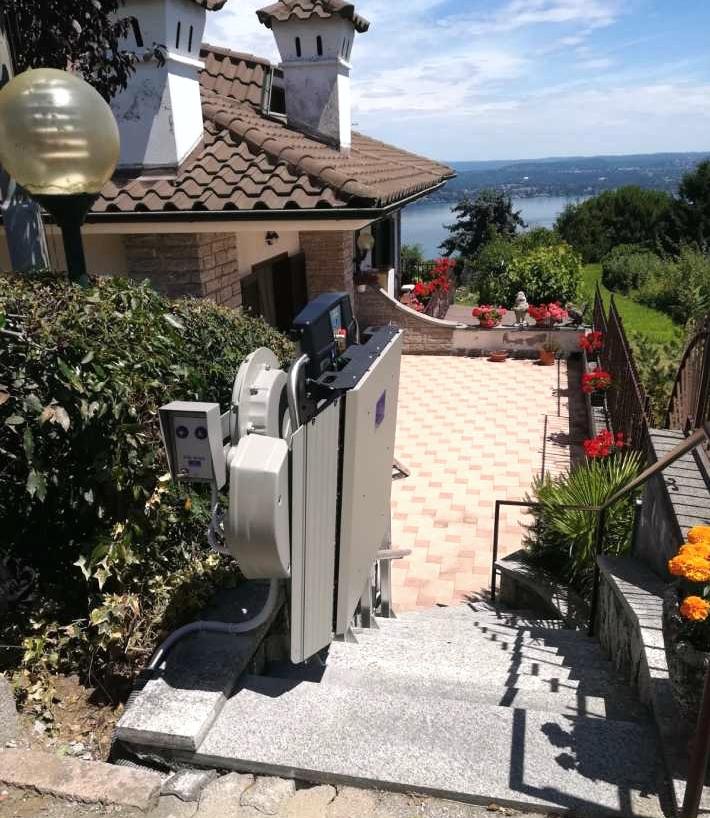 montascale a novara su scala esterna vista lago Maggiore