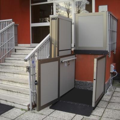 piattaforma elevatrice a Milano per ingresso condominiale