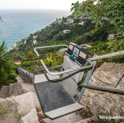 Montascale per lungo percorso in villa di pregio discesa al mare