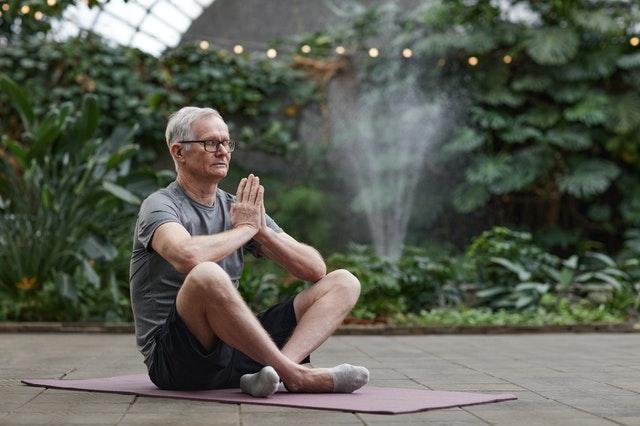 ginnastica per anziani e la meditazione durante il lockdown da coronavirus