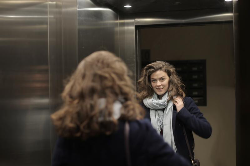 ragazza ascensore casa