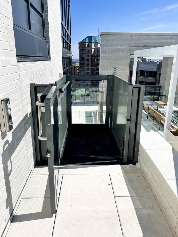 ascensore Opal installato al 20° piano di un roof top