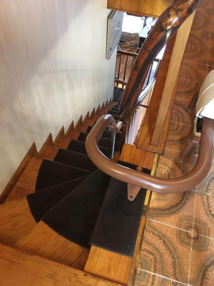 Montascale a poltroncina installato su scala in legno