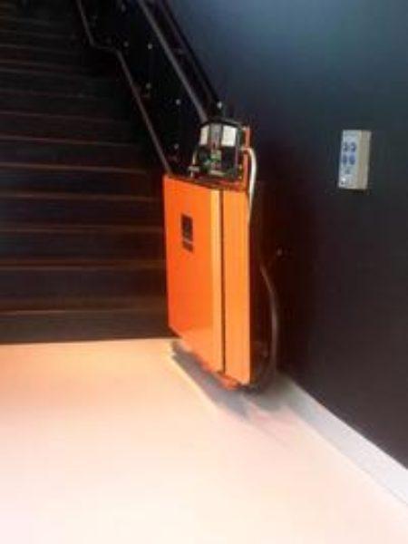 montascale colore arancione e nero al Museo del Novecento