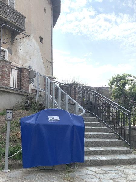 montascale per disabili su scala esterna per rendere accessibile edificio