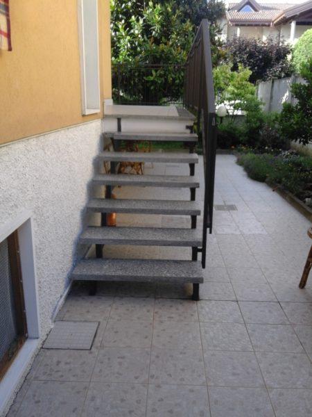 scala prima dell'installazione del montascale a Monza