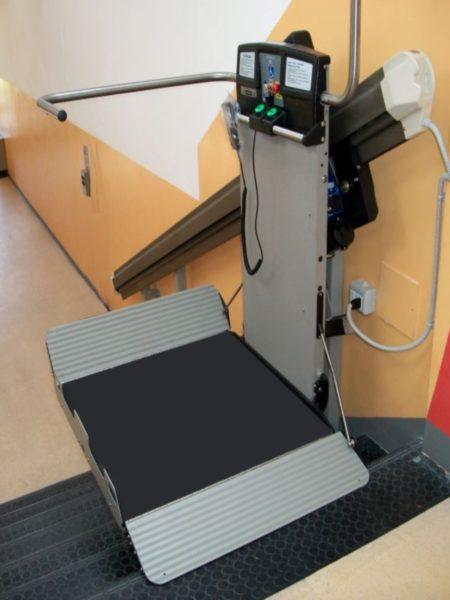 Montascale a Pavia con pedana porta carrozzina disabili aperta
